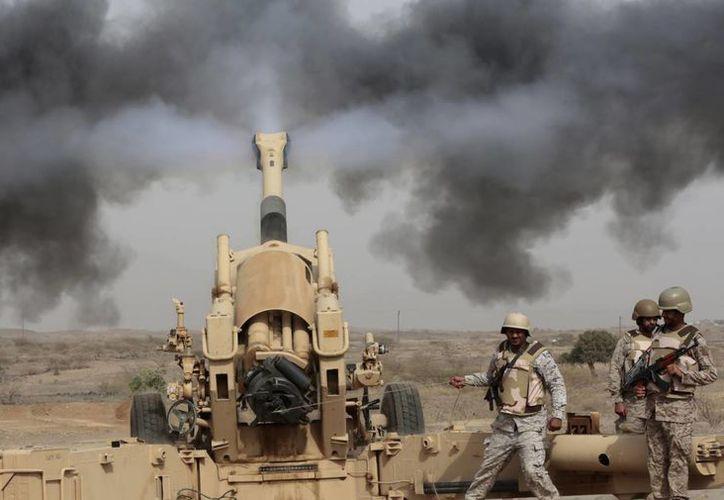 La artillería saudí dispara contra tres vehículos armados que se acercan a la frontera de Arabia Saudí con Yemen en Jazan, Arabia Saudí. (Foto AP/Hasan Jamali)