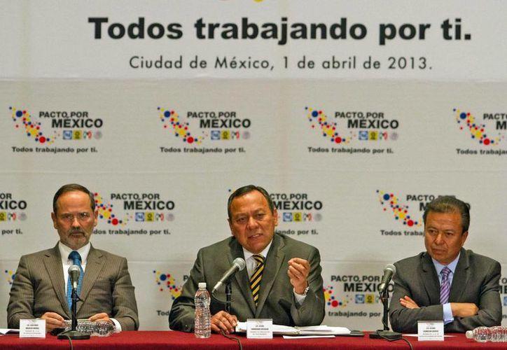 El presidente del PAN, Gustavo Madero; el presidente del Consejo Rector del Pacto por México, Jesús Zambrano, y el líder del PRI, César Camacho. (Notimex)
