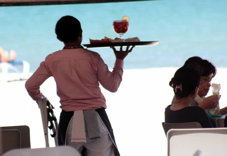 Se espera que continúe a buen ritmo la generación de trabajos en Yucatán. Imagen de contexto de un mesero en la costa yucateca. (Milenio Novedades)