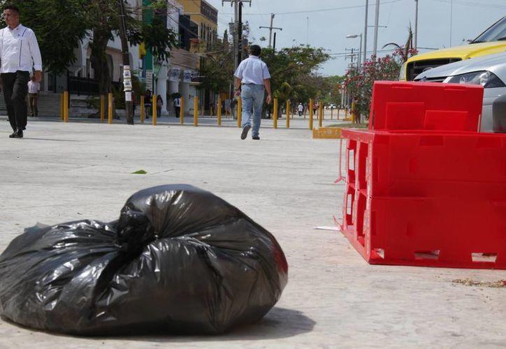 La basura se ha vuelto un rasgo que adorna las principales avenidas de Cancún. (Consuelo Javier/SIPSE)