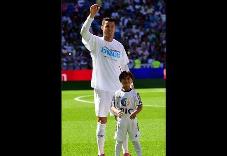 Cristiano Ronaldo con el pequeño Zaid, un niño que huyó de la guerra civil de Siria con su familia y que encontró refugio en España. (pasionlibertadores.com)
