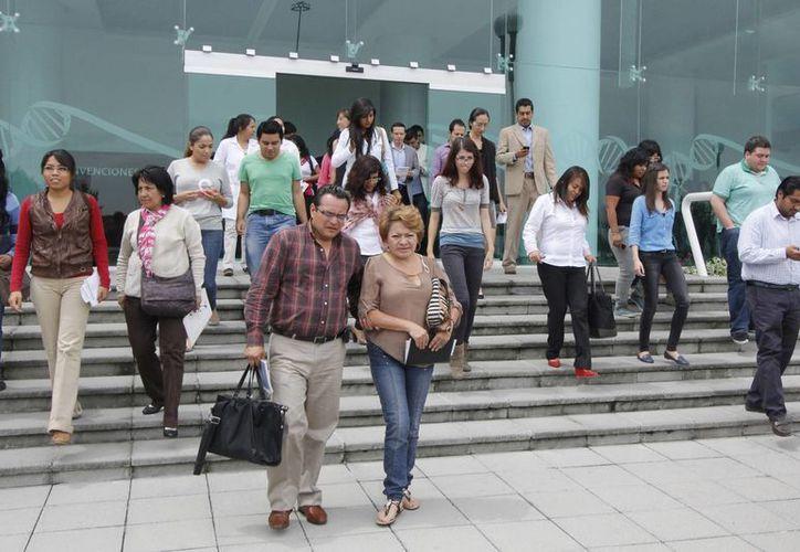 Evacuación de edificios públicos tras el registro de un sismo en Puebla. (Notimex/Foto de contexto)
