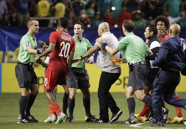 Concacaf suspendió a dos futbolistas panameños tras la polémica eliminación de su selección en la Copa de Oro, además de multar al 'Piojo' Herrera, en la foto Anibal Godoy encara al árbitro al término del partido. (AP)
