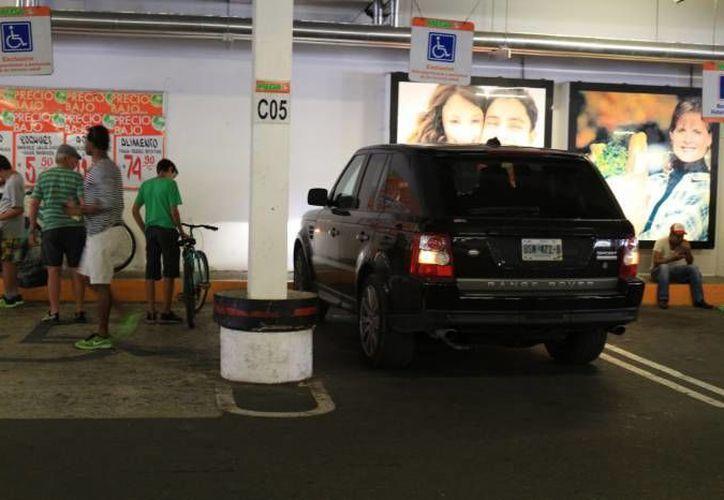 Se han limitado los operativos de Tránsito para quitar placas por estacionarse en lugares prohibidos. (Adrián Barreto/ SISPE)