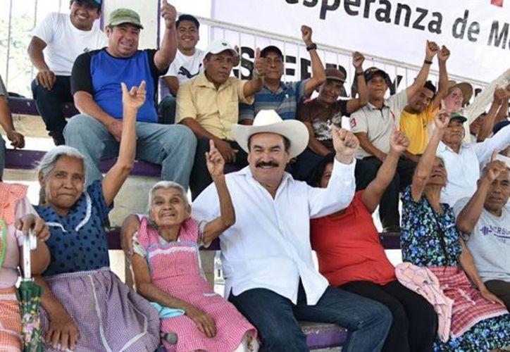 Fortunato Rivera (centro) realizó campaña en el municipio de Huejutla. (excelsior.com)