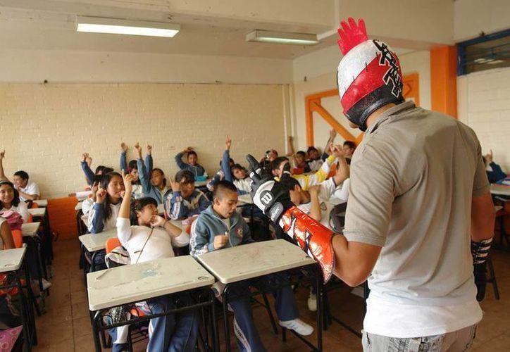 Para el Tacubo Luchador, la clave es ir hasta los salones de clase para crear conciencia entre niños y adolescentes de los pelgros del bullying. (Foto cortesía Edgar Olguín)