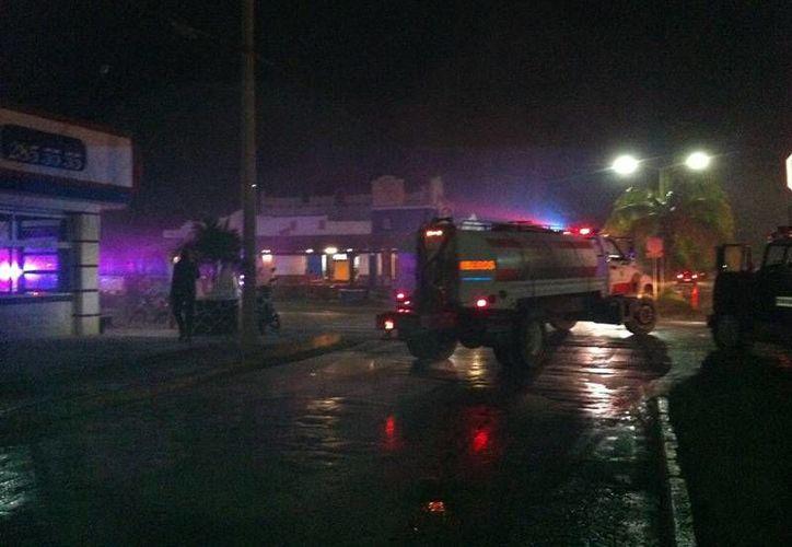 Autoridades de seguridad cerraron las calles aledañas al negocio. (Redacción/SIPSE)