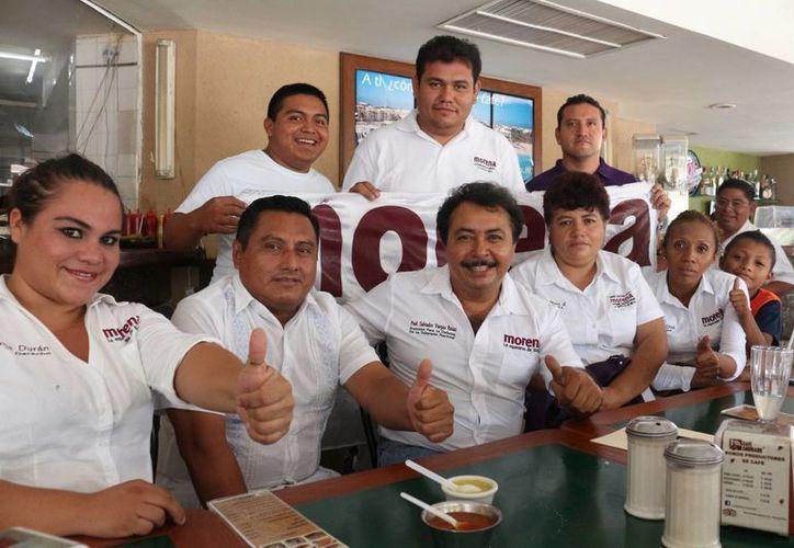 Salvador Vargas Rosas, candidato a diputado federal por Morena en el distrito 1, con su equipo de campaña. (Adrián Barreto/SIPSE)