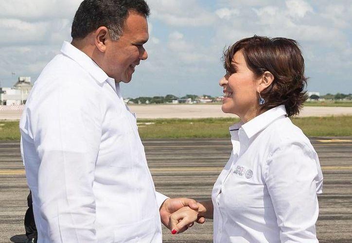 El gobernador Rolando Zapata recibió en el Aeropuerto Internacional de Mérida a Rosario Robles, titular de la Sedatu, con quien sostendrá diversas actividades. (Foto cortesía del Gobierno de Yucatán)