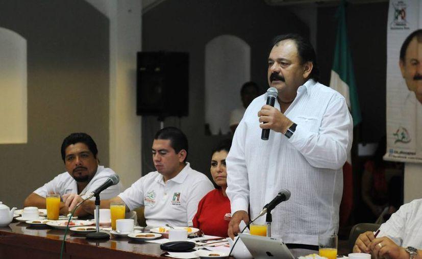 Espinosa Abuxapqui dio un discurso ante representantes de la Canaco Servitur. (Harold Alcocer/SIPSE)