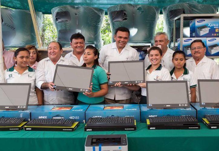Rolando Zapata Bello entregó computadoras a alumnos de seis planteles del Cobay. (Milenio Novedades)
