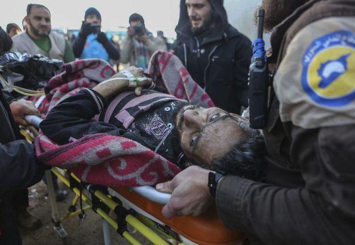 Un sirio herido llega asistido a un campamento de refugiados en Rashidin, cerca de Idlib, Siria, tras ser evacuado de la ciudad de Aleppo durante el cese al fuego, el martes 20 de diciembre de 2016. (AP Foto)