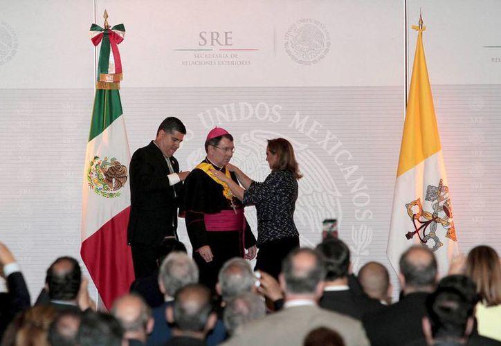 La canciller Claudia Ruiz Massieu impuso la Condecoración de la Orden Mexicana del Águila Azteca, en grado de Banda al excelentísimo Monseñor Christophe Pierre, Nuncio Apostólico de la Santa Sede. (Notimex)
