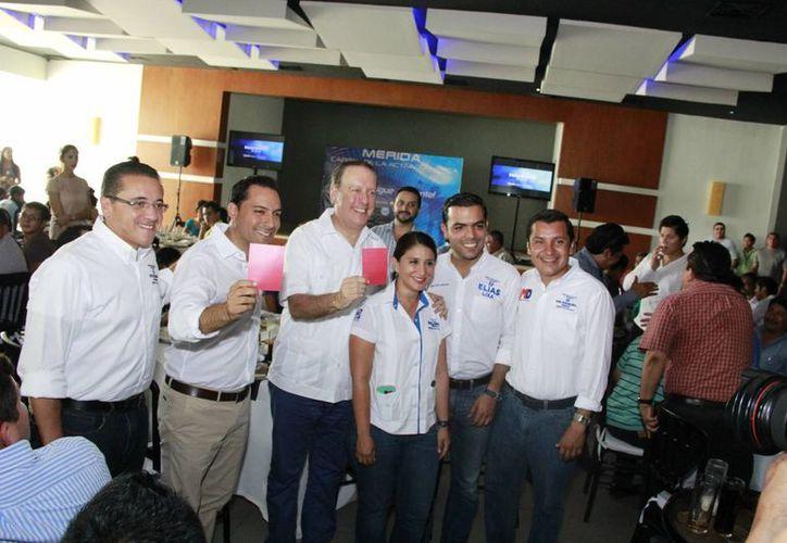Mauricio Vila, candidato del PAN a la alcaldía de Mérida, y Arturo Brizio, ex árbitro profesional, sacan tarjeta roja a las malas prácticas. (SIPSE)