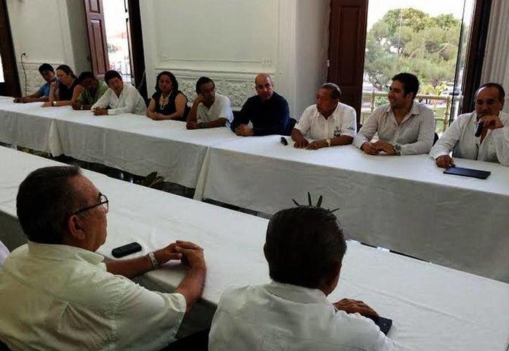 Autoridades y empresarios conocieron el proyecto de vialidad en Progreso. (Óscar Pérez/SIPSE)