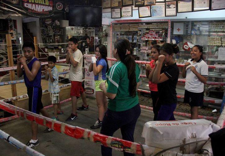 Lo primordial es enseñarles boxeo y repercutir de manera positiva en sus vidas a partir del deporte. (Consuelo Javier/SIPSE)