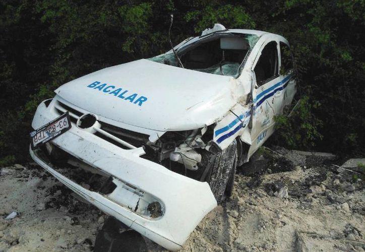 El taxi presentaba señales de haber sufrido volcaduras. (Javier Ortiz/SIPSE)