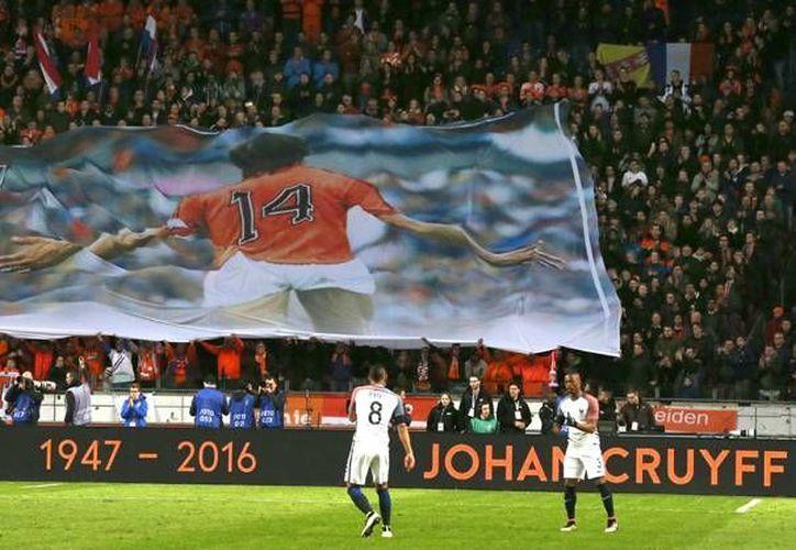 El emocionado recuerdo a Cruyff, más allá del resultado, impregnó todo en el Amsterdam Arena, donde los hinchas desplegaron pancartas con su foto y donde se proyectaron imágenes en homenaje al 'futbolista total'.(Imágenes de AP)