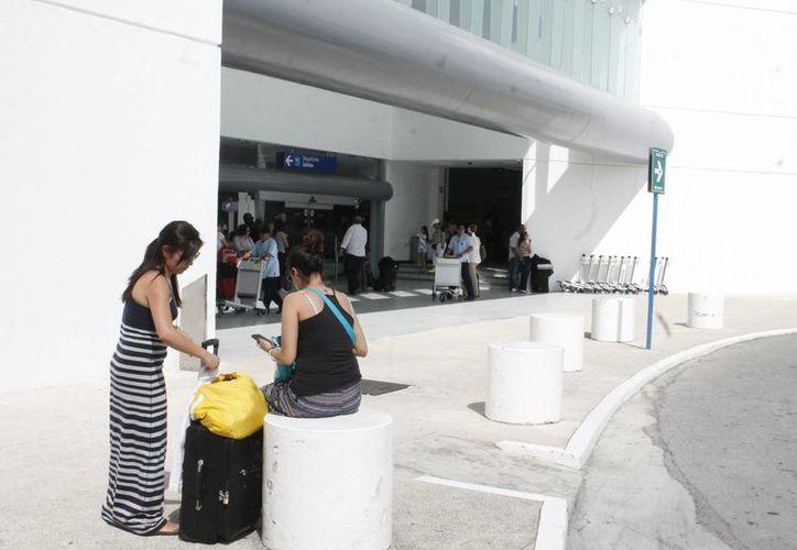El lider de la AMAV, Sergio González Rubiera, informó que los cientos de turistas que no pudieron salir de sus hoteles, no perdieron el vuelo, porque se optó por pagar el taxi. (Francisco Gálvez/SIPSE)