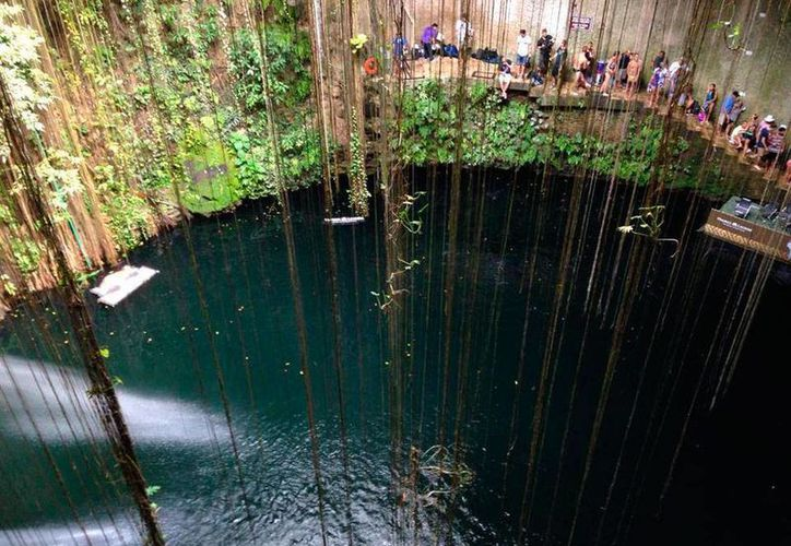 Los cenotes son una buena opción para los yucatecos que quieran salir de su rutina los fines de semana. Fotografía del cenote Ik kil a pocos kilómetros de Chichén Itzá. (Archivo/SIPSE)