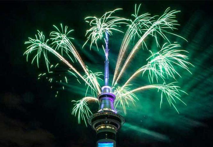 El primer y último lugares del mundo en recibir todos los Años Nuevos se encuentran en el continente asiático. En el caso del primero se trata de la Isla Navidad, y el segundo caso corresponde a Samoa. En la foto, celebración en Auckland. (Foto tomada de excelsior.com)