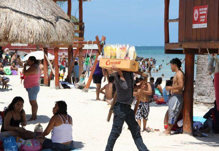 Ofrecen fruta picada, kibis yucatecos, nieves, dulces, refrescos, salbutes y empanadas. (Tomás Álvarez/SIPSE)