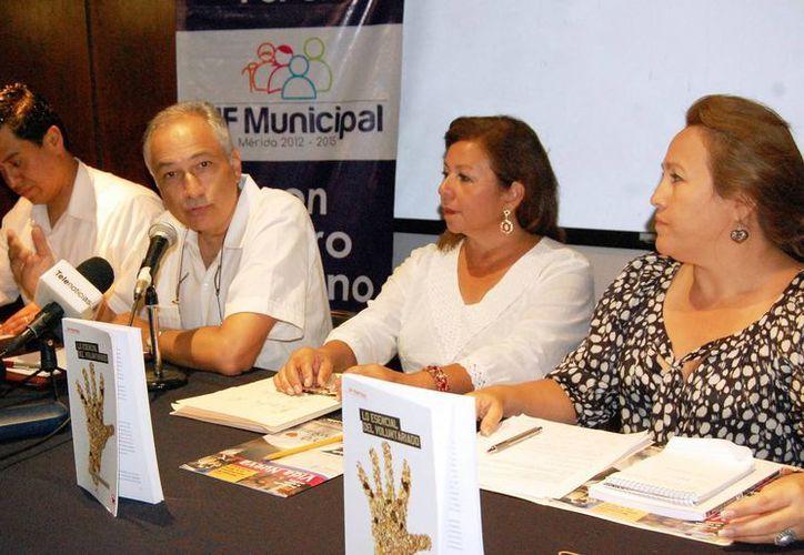En Yucatán operan diversas asociaciones civiles. En la imagen, directivos de Infolaicos Mérida, PPC y el DIF de Mérida, en reciente acto. (SIPSE/Archivo)