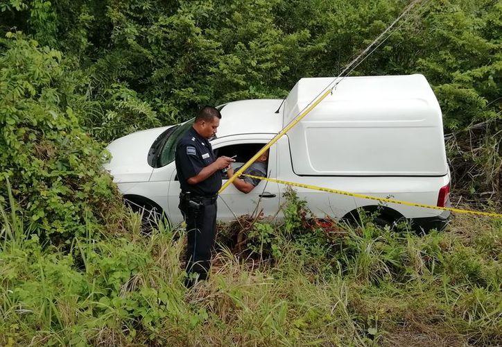 Dentro de este vehículo se encontró el cadáver del repartidor. (Redacción/SIPSE)