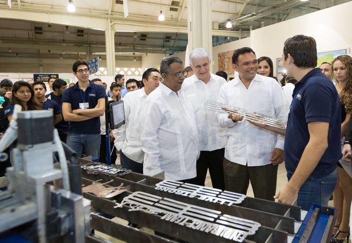 El gobernador Rolando Zapata Bello durante un recorrido por la Muestra Industrial para la Industria Sustentable. (SIPSE)