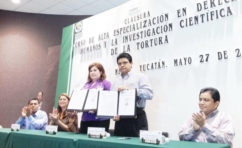 La fiscal estatal Celia Rivas y el presidente de la Codhey, Jorge Victoria, tras la firma del convenio. (FGE)