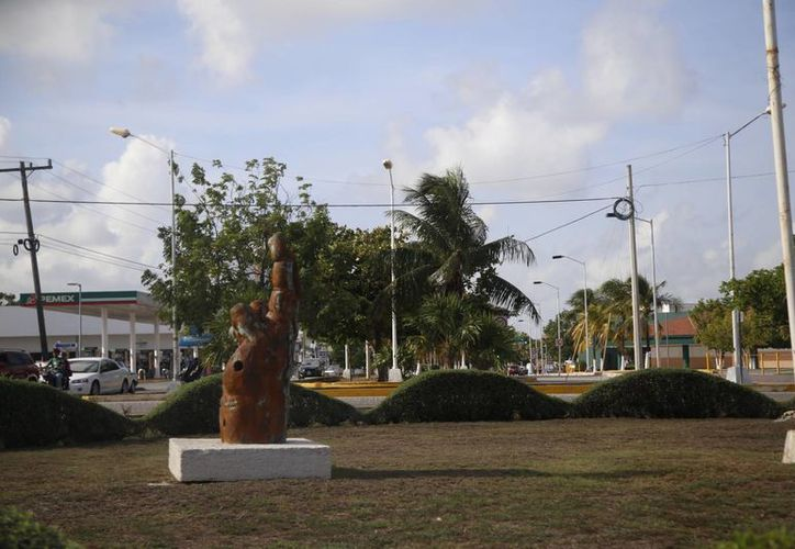 La obra que está en la glorieta Cobá-Yaxchilán le falta mantenimiento. (Israel Leal/SIPSE)
