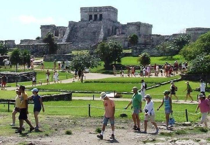 Este domingo la zona arqueológica de Tulum recibió a más de 3 mil visitantes. (Rossy López/SIPSE)