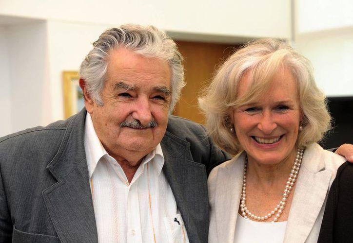 """Glen Close dijo que platicó con el presidente Mujica (i) de """"agricultura, del cerebro y de la familia"""". En Montevideo, la actriz ofrecerá una conferencia sobre las políticas del cuidado de enfermos mentales. (Agencias)"""