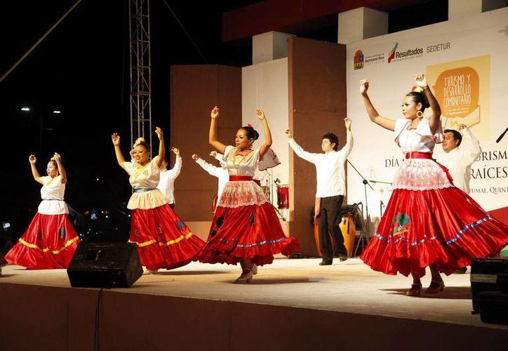 Entre las actividades programadas estaban  los bailables folclóricos. (Redacción/SIPSE)