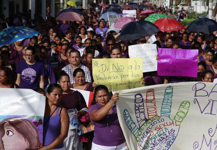Las mujeres marcharon con pancartas en las manos. (Luis Soto/SIPSE)
