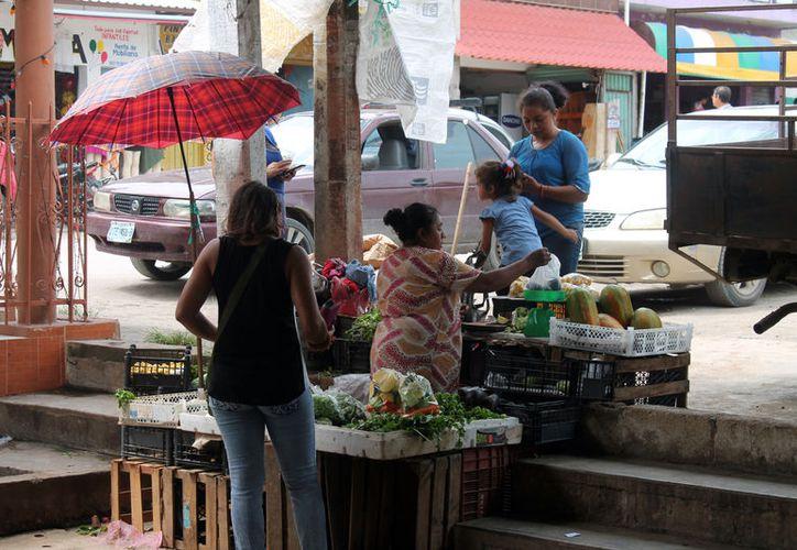 Los venderos ambulantes reportan que las ventas han sido tan favorables que a las 10 de la mañana ya no tienen producto. (Carlos Castillo/SIPSE)