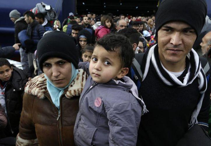 Gente desembarcando de un transbordador tras su llegada de las islas orientales del Egeo en el puerto ateniense de Piraeus. (Agencias)