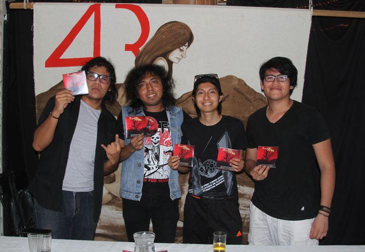 Conspiración Zero presentó su material discográfico en la 'Cafebrería Huracán'. (Joel Zamora/SIPSE)