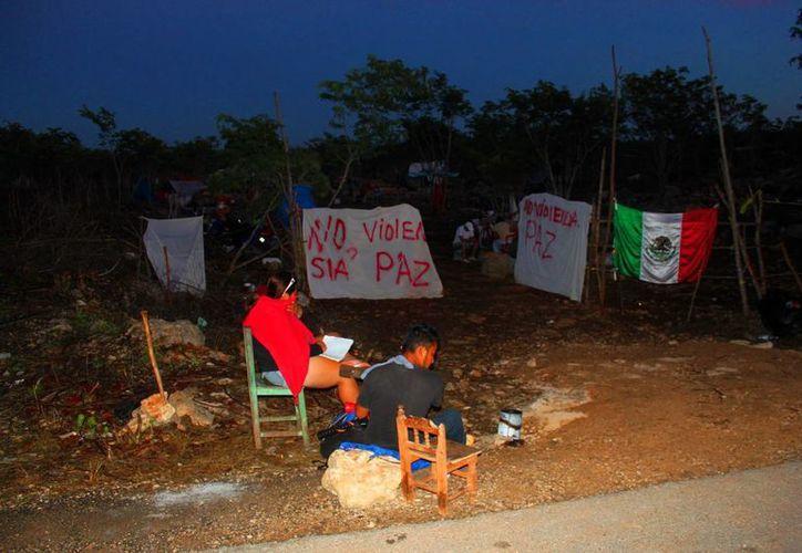 """Los """"invasores"""" del fraccionamiento In House se han establecido en la zona, construyendo incluso palapas y cercos con vigilancia. (Daniel Pacheco/SIPSE)"""
