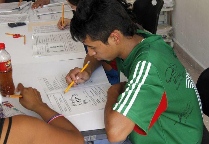 Los recursos serán también para estimular a los alfabetizadores y asesores del INEA. (Archivo/SIPSE)