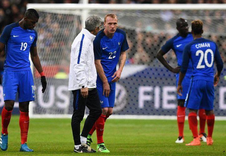 Jéremy Mathieu se perderá el clásico español frente a Real Madrid, este próximo sábado. (AP)