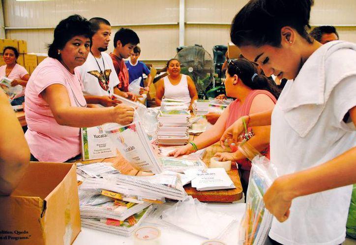 Cientos de personas laboran durante 24 horas para tener listos casi 225 mil paquetes escolares. (Milenio Novedades)