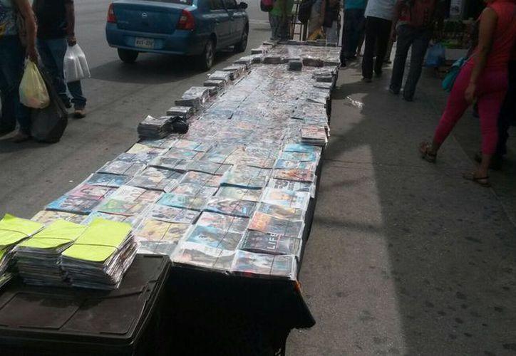 Los elementos policíacos aseguraron discos de películas y mp3. (Foto: Redacción)