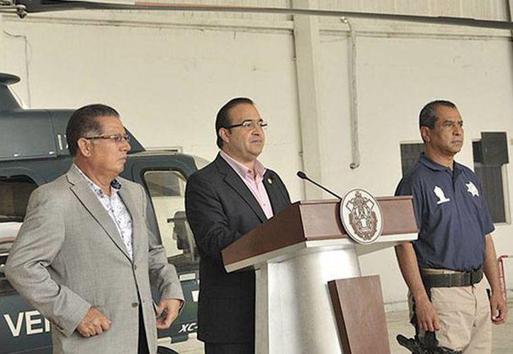 En rueda de prensa, el gobernador del Estado, Javier Duarte de Ochoa, dio a conocer la detención de los posibles asesinos de las personas secuestradas y asesinadas en Alto Lucero. (@Javier_Duarte)