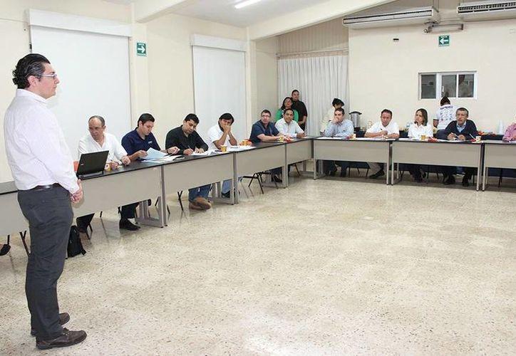 Imagen del encuentro entre empresarios y  académicos de la Facultad de Ingeniería de la Uady. Presentan la nueva propuesta para la carrera de Mecatrónica. (Milenio Novedades)