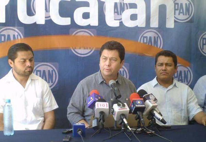 Dirigentes panistas, encabezados por su presidente estatal, Hugo Sánchez Camargo (centro), denunciaron la agresión contra el senador Daniel Ávila Ruiz. (SIPSE)