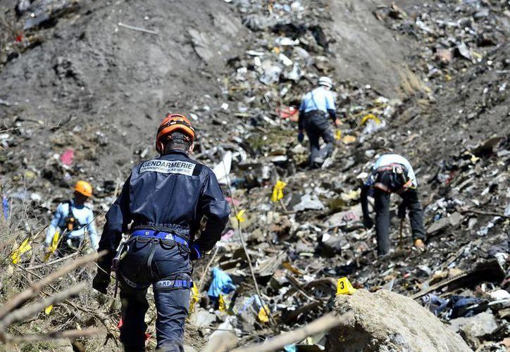 Foto del 24 de marzo de 2013, facilitada por el MKinisterio del Interior de Francia, que muestra los primeros rescatistas que llegaron al sitio donde se estrelló el avión Airbus A320 de Germanwings, la semana pasada. (AP/MInisterio del Interior Francia)