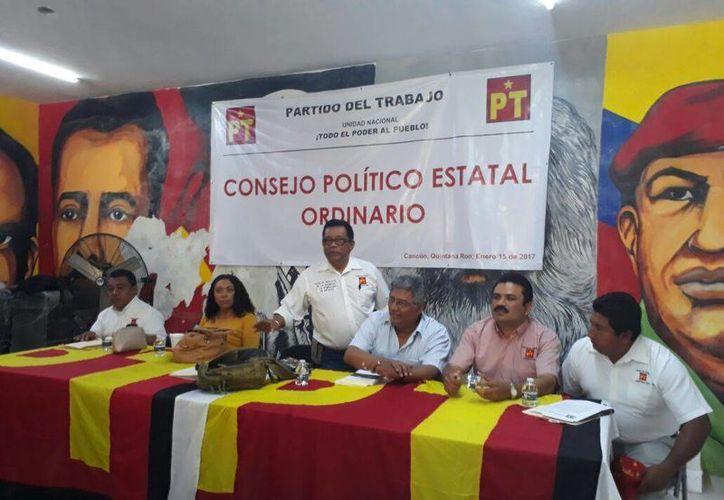 Militantes del partido político se reunieron en la casa de campaña. (Israel leal/SIPSE)