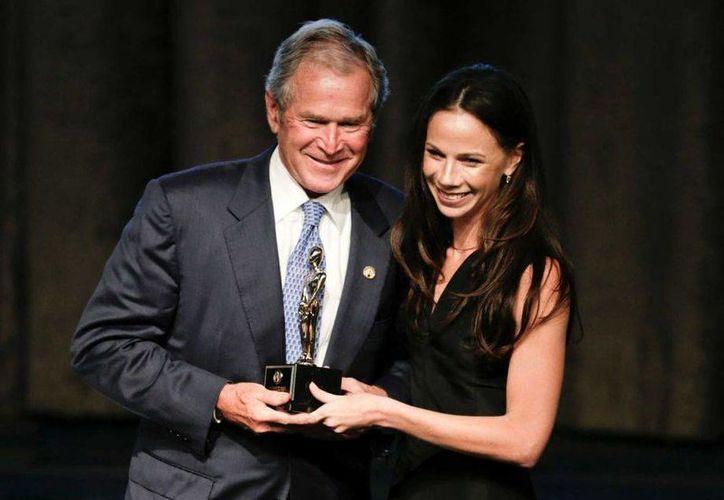 El expresidente George W. Bush  posa con su hija Barbara tras recibir un galardón como padre del año en una ceremonia en el hotel Hilton en Nueva York. (AP)