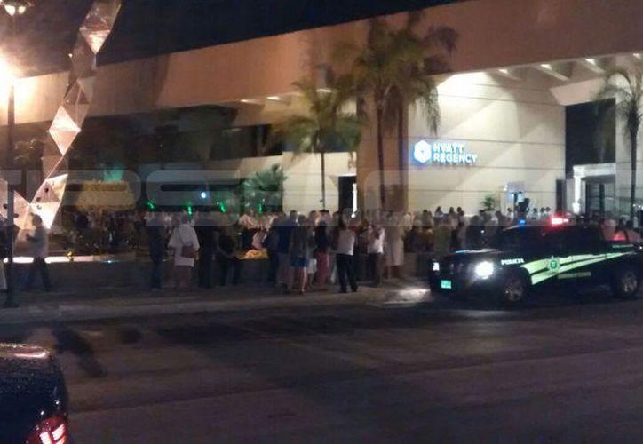 Los hoteles de la Avenida Colón y Paseo de Montejo fueron alertados, por lo que la gente salió a las calles ante la sorpresas del temblor. (Milenio Novedades)